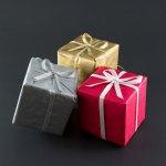 trzy kolorowe pudełka z prezentami